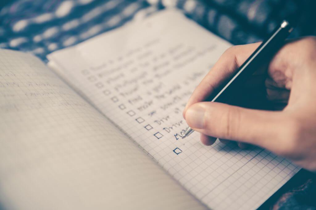 ペンでノートにメモする人