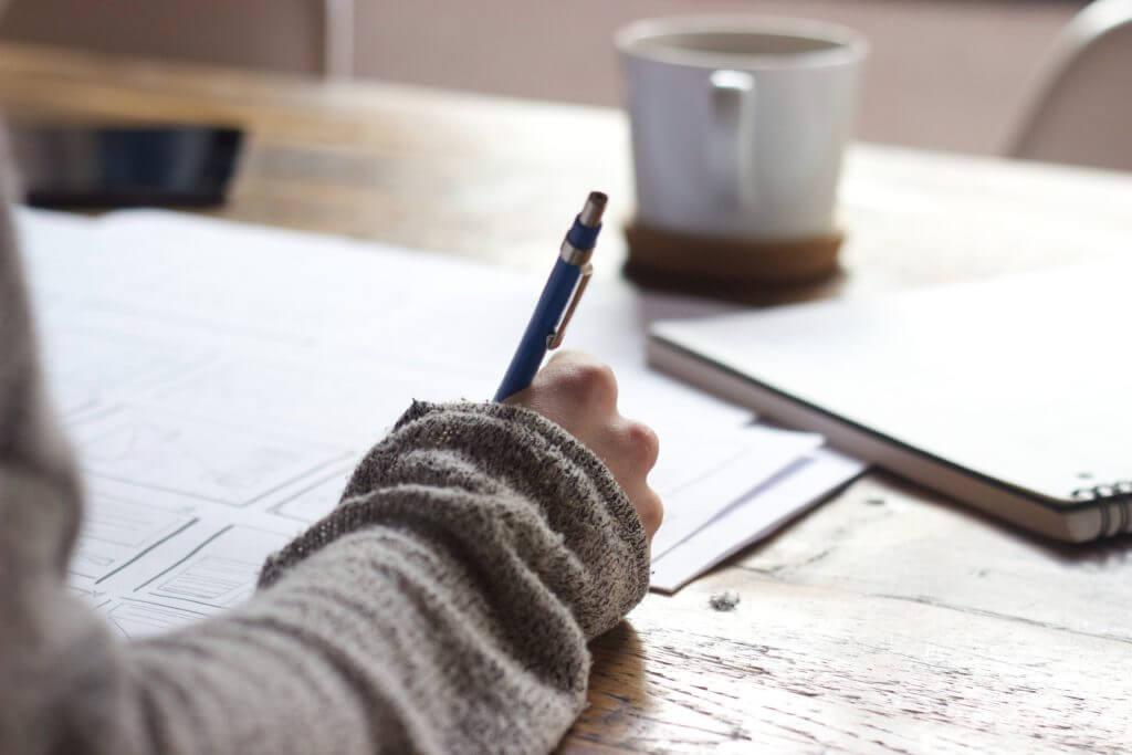コーヒーを飲みながら勉強する人